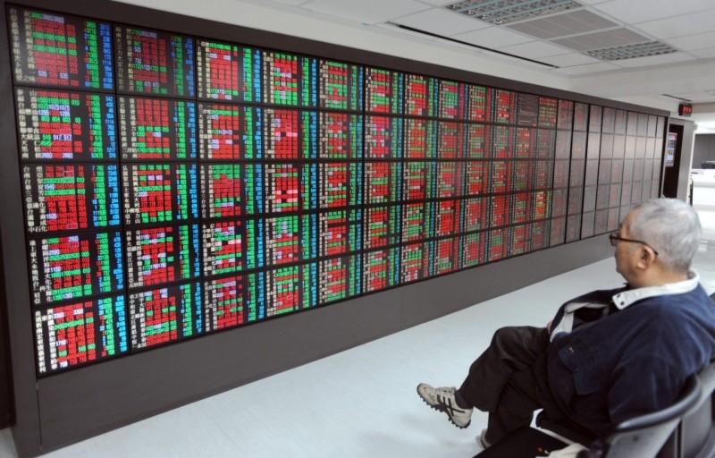 電金權值股拉尾盤 收跌64點守9800點
