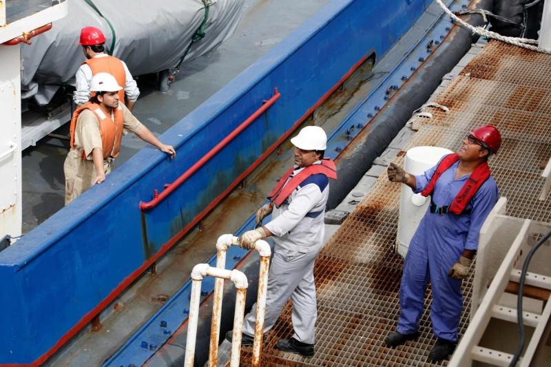 供給過剩、全球股市重挫   國際油價跌逾4%