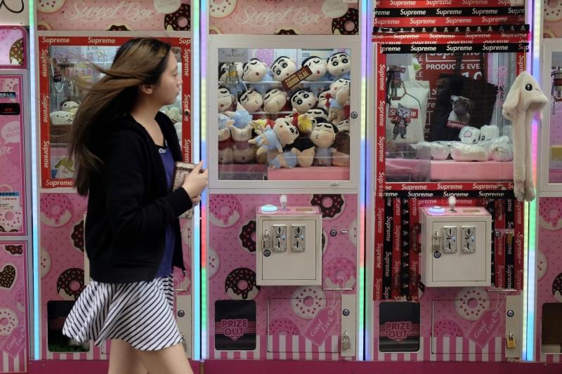 中國瘋名牌口紅夾娃娃機 業者爆9成是假貨