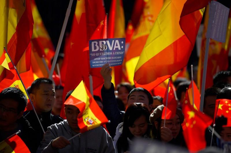 「螞蟻搬家」洗錢?西班牙大規模凍結中國僑民帳戶被抗議