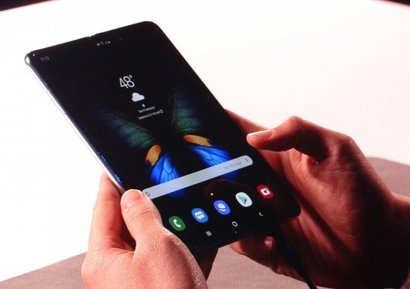 彭双浪:今年內上市摺疊手機有機會看到友達產品