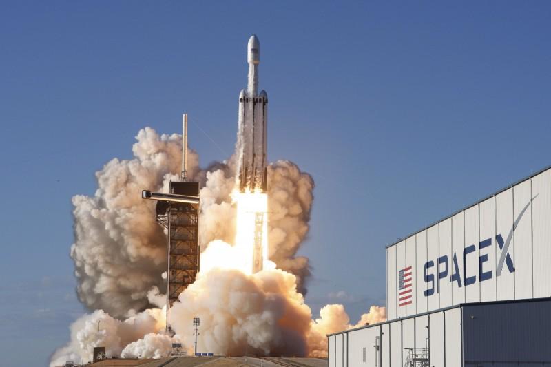 進度落後+恐被亞馬遜趕超  SpaceX籌資逾百億加速衞星計畫
