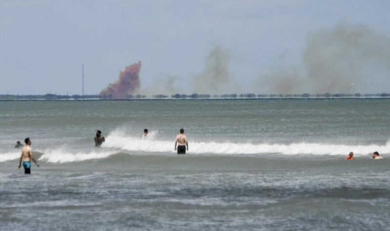 SpaceX載人太空船測試出現異常 現場濃煙瀰漫