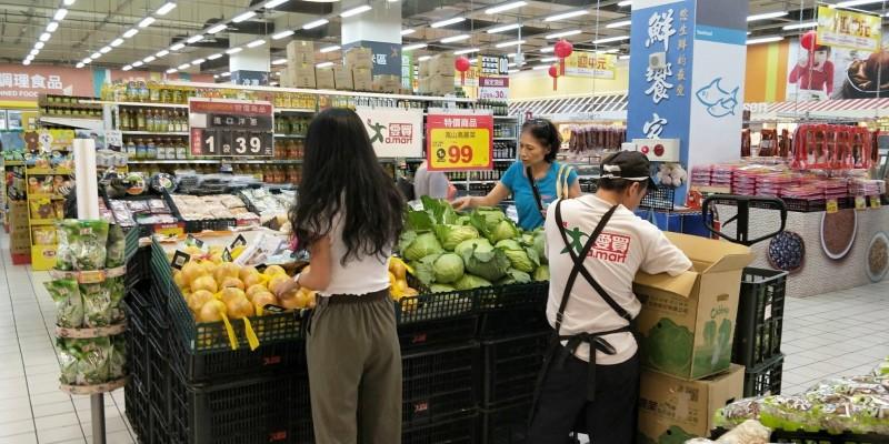 颱風丹娜絲來襲 量販店和超市蔬菜備貨量增3倍