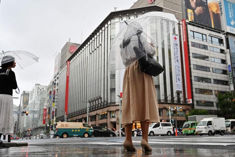 異常雨季襲東京 日本零售業嚐苦果