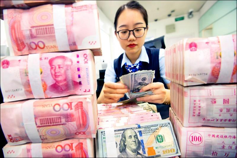 人民幣貶破11年新低 中國國有銀行賣美元維穩