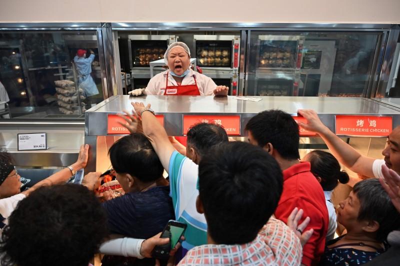 [新聞] 人太多了...中國Costco開幕首日就暫停營