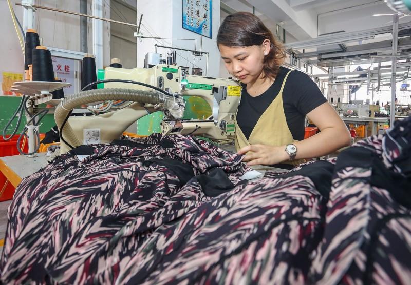 中國服裝銷量1年大減178億件 花的金額卻沒比較少...