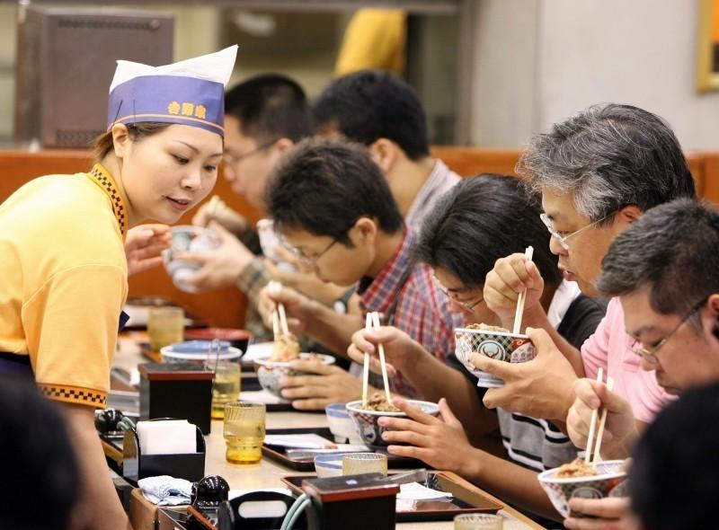 日本漲消費稅反降價  吉野家股價衝18年新高!