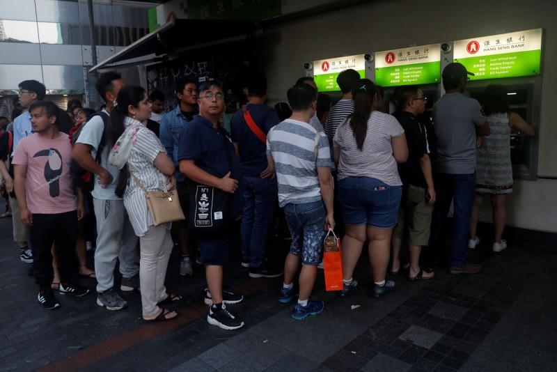 擠兌潮浮現?港人湧ATM領錢 部分銀行現鈔一度短缺