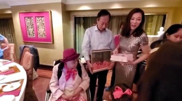 郭台銘今70歲生日 太太曾馨瑩甜喊「把自己送給你」