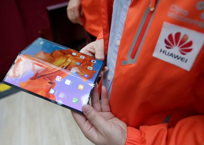華為宣佈首款摺疊機11月中國上市   售價7.3萬元起