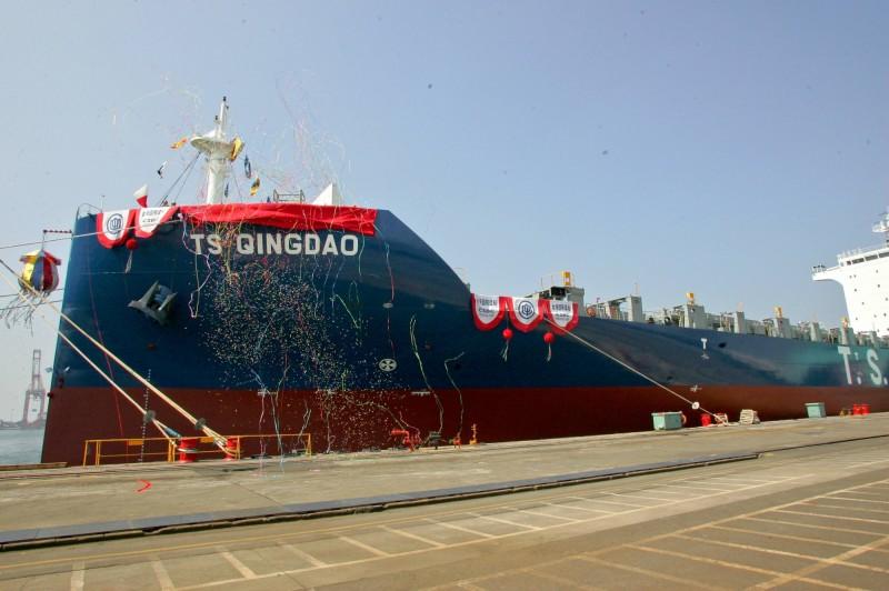 德翔海運全貨櫃輪命名 台船新創「劍艏」設計亮相