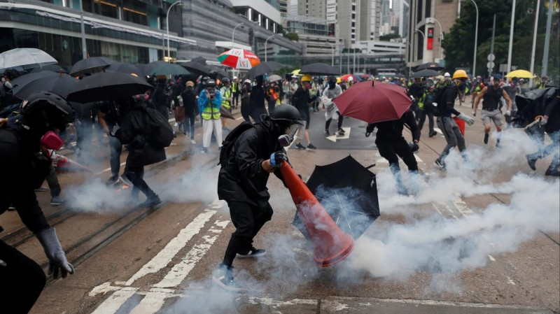中國民眾不滿恐演變為社會不安  中共頭殼抱著燒
