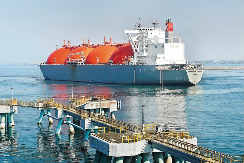中油投資首次「收成」 澳天然氣大船入港