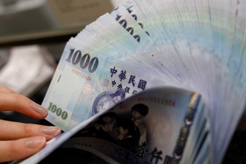新台幣爆量升值近1角  收30.406元逾1個月新高