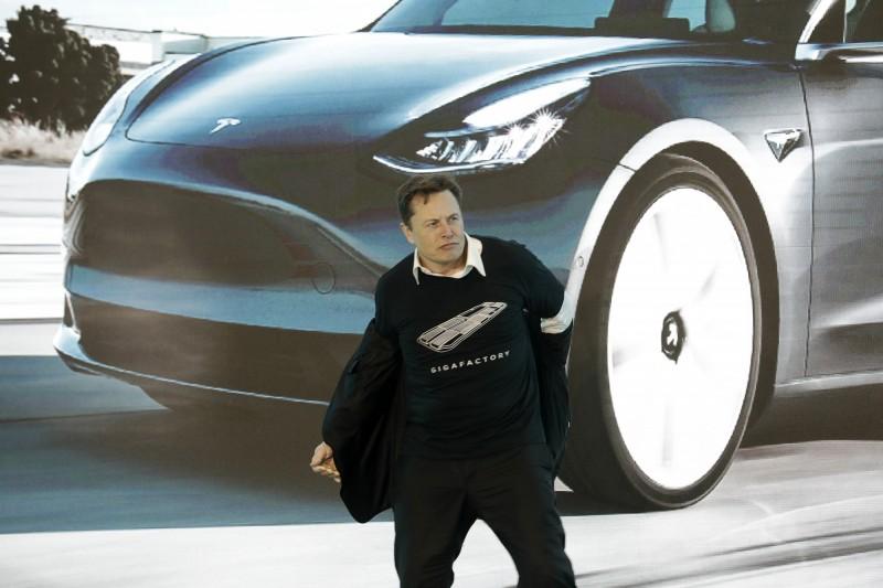 馬斯克赴上海Model 3交車儀式 興奮脫衣跳舞慶祝