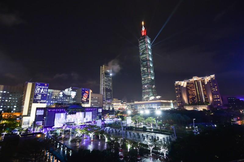 101大樓今晚在外牆點燈 向防疫人員致敬