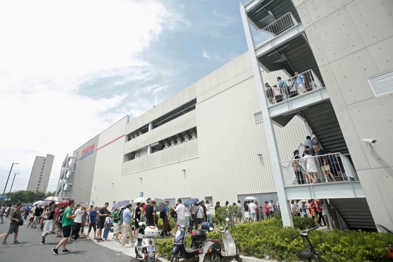 武漢肺炎》疫情未結束 近2000人擠爆上海Costco搶購