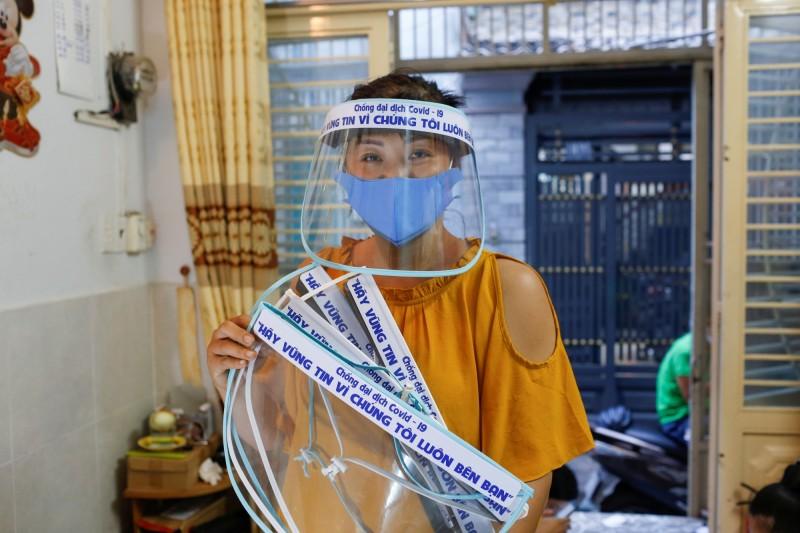 武漢肺炎》疫情下尋出路  越南帽商改為醫護員做面罩