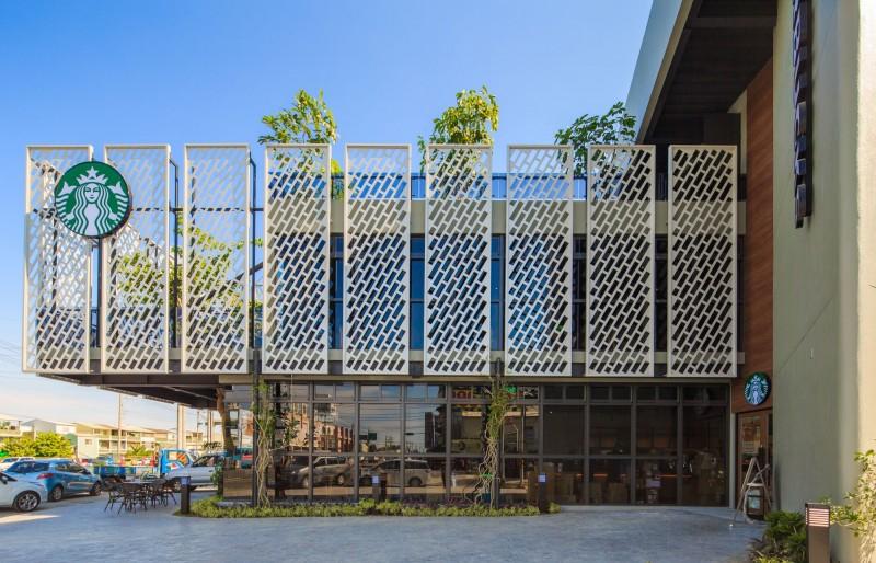 星巴克嘉里門市今開幕  白色鋼板牆包覆紫檀木建築