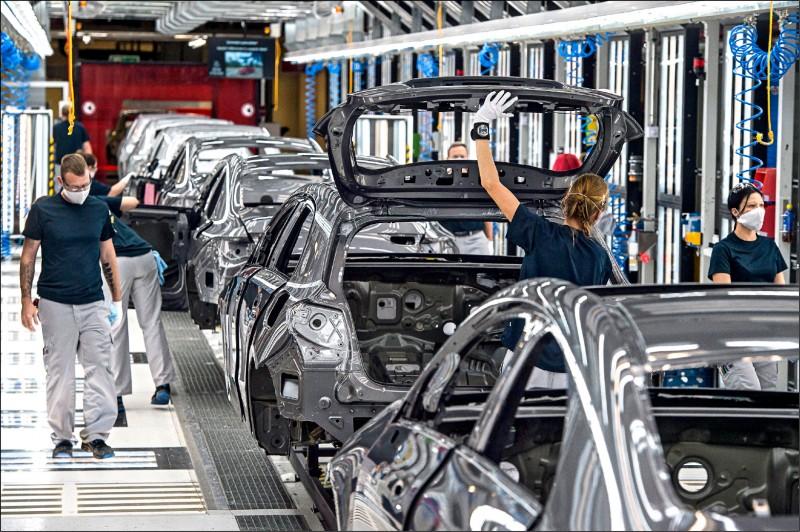 國際現場》全球汽車組裝廠開工率 今年預估降至49%