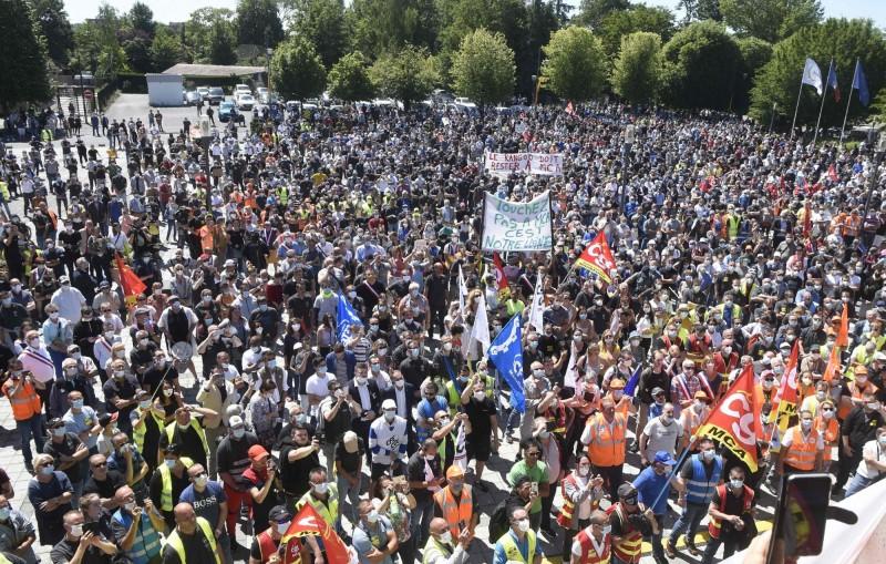 不滿雷諾大規模裁員!數千員工湧入法國北部工廠抗議