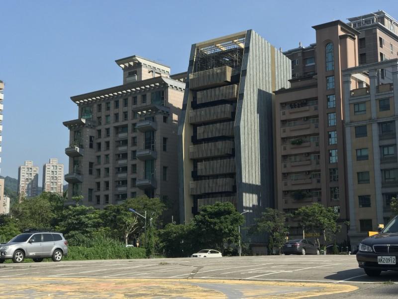 「最貴停車場」後側億元豪宅一條街 竟有新豪宅轉當商辦出租