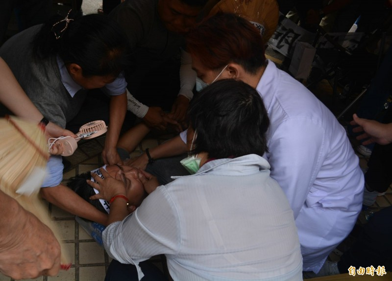 曾捐肝救父 藍營議員黃健豪中火絕食抗議28小時暈倒送醫