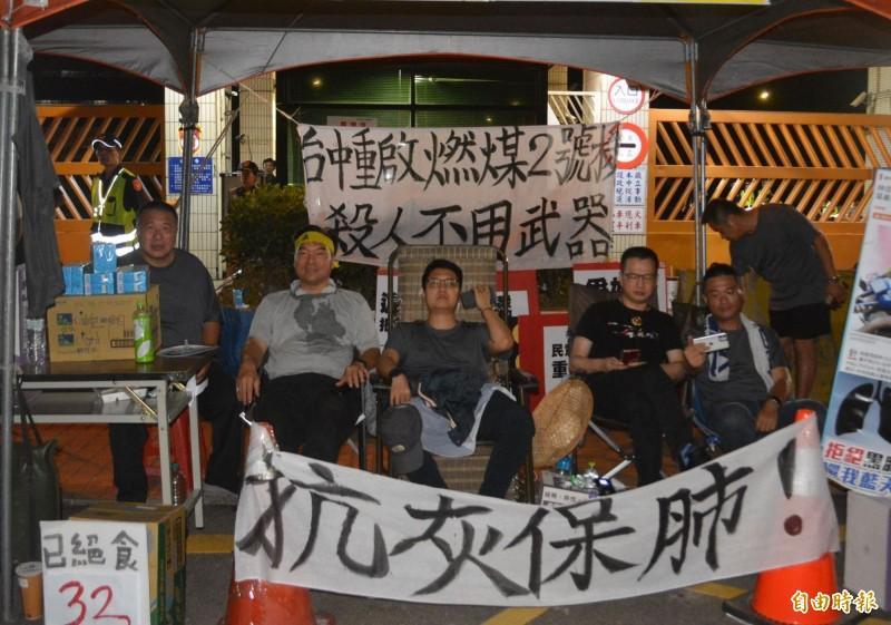 藍議員中火前絕食抗議 黃健豪送醫、羅廷瑋繼續