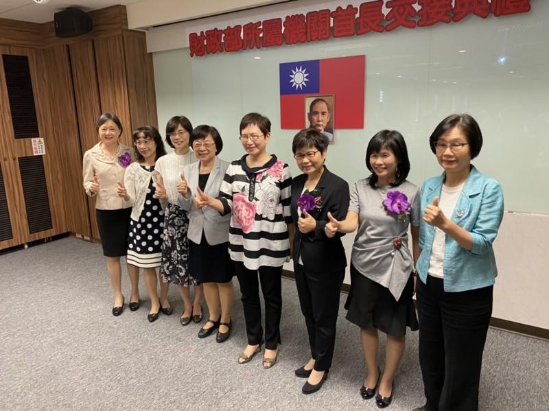 財政部女力當道開出「6朵花」 財長:男性要多努力了!