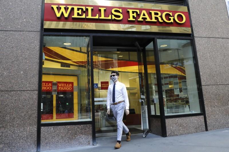 股神臉要綠了 最愛銀行股Q2巨虧逾700億