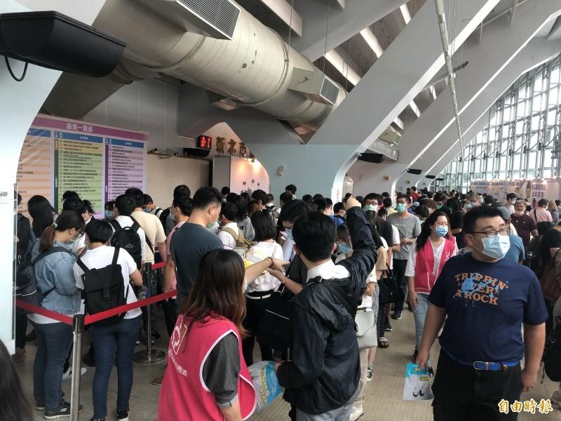 新北市就業博覽會一早就湧入眾多求職民眾。(記者周湘芸攝)