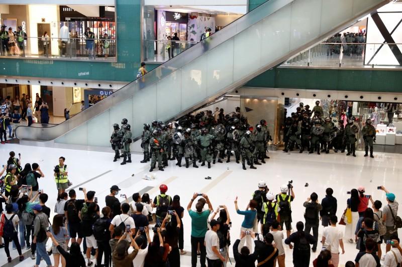 城市動盪、投資撤離 彭博:香港首富家族損失2370億