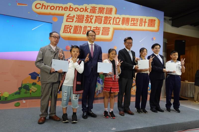 廣達、宏碁、聯發科技合作組成的Chromebook產業鏈,今天舉行台灣教育數位轉型計畫啟動記者會,左