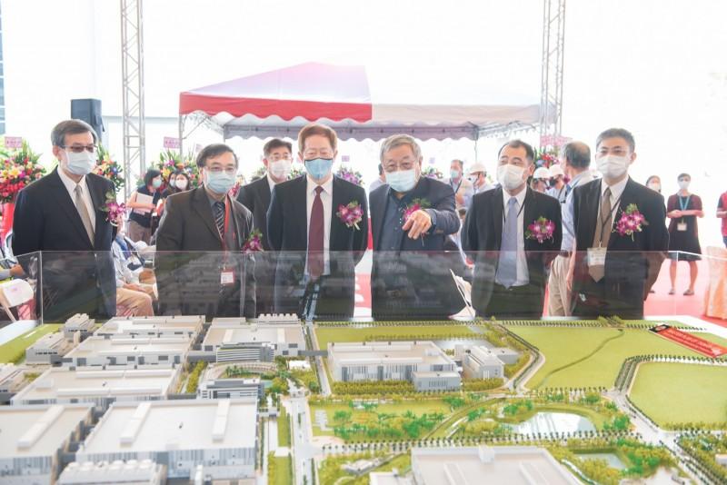 建築師潘冀(右三)向台積電董事長劉德音(右四」解說南科晶圓廠情形。(台積電提供)
