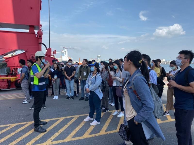 台灣港務公司第15期新進人員教育訓練-高雄港巡禮。(台灣港務公司提供)