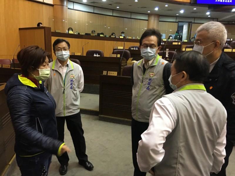 桃園市副市長李憲明(右一)向議員呂林小鳳說明大安科技園區開發狀況。(記者謝武雄攝)