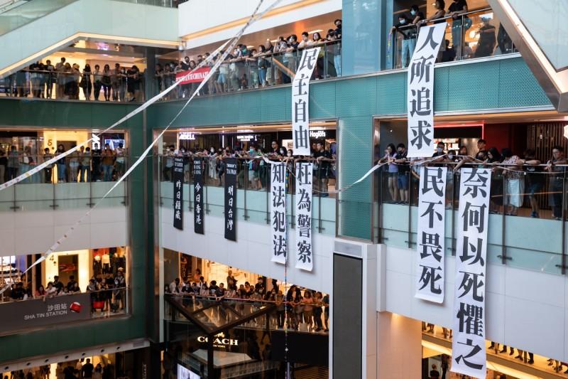 中共國企奉命大力投資香港 《財訊》:港企恐掀落跑潮
