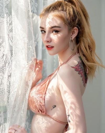 19歲辣模隆乳術後照曝光   胸前大滲血痛不欲生
