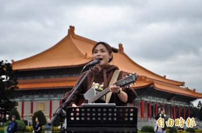 為民主大道藝文表演打頭陣 吳蓓雅「用台語歌說故事」