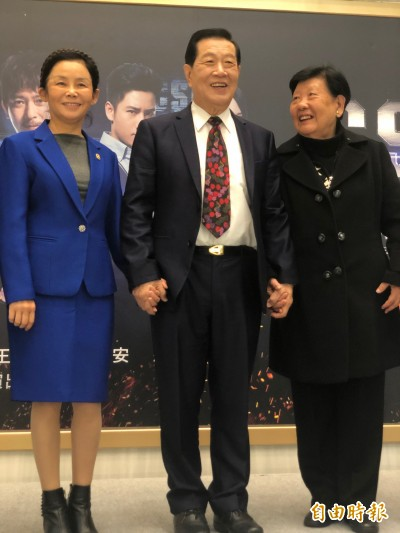 神探李昌鈺緊握再婚妻現身 81歲只演這齣台劇