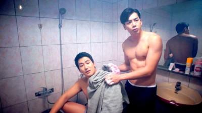 2男星裸體共浴基情四射 自爆來不及充血直接上