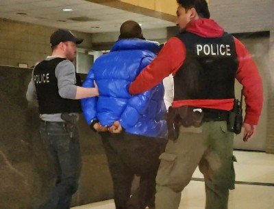 R&B天王涉性侵未成年少女   被控10罪自首上銬
