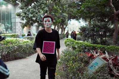 面具男驚現信義街頭!竟是超大咖男神
