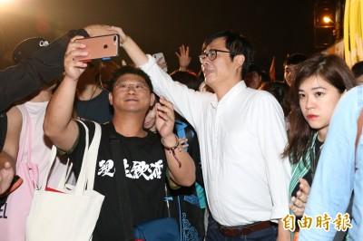 陳其邁搶滅火器風頭!現身大港開唱歌迷暴動