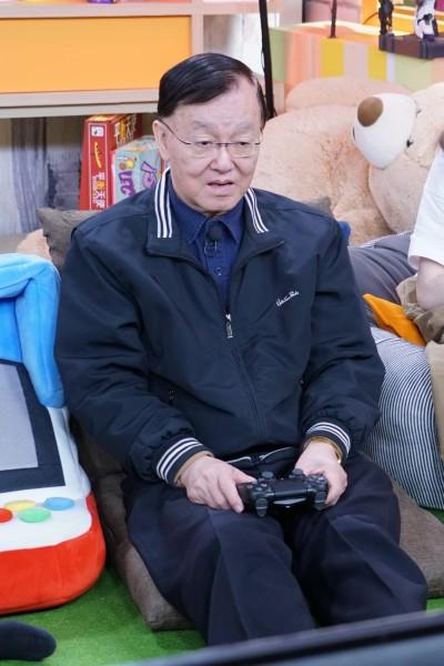 盛竹如首碰電玩像開飛機 79歲模樣萌翻