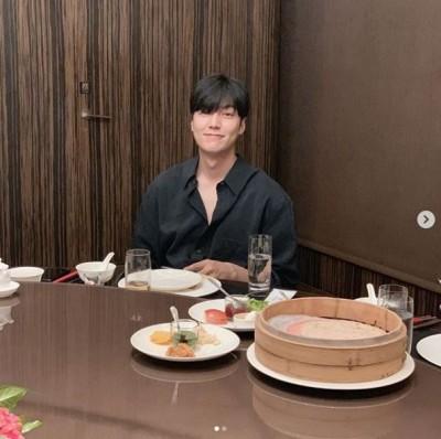 李敏鎬露胸肌吃小籠包!網:太養眼了吧