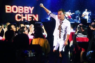 陳昇開唱高呼「我愛香港希望她很好」 喊話來台自由說話