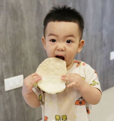 1歲蔡桃貴被放上餐桌轉 網友怒轟:很可愛也不能這樣!